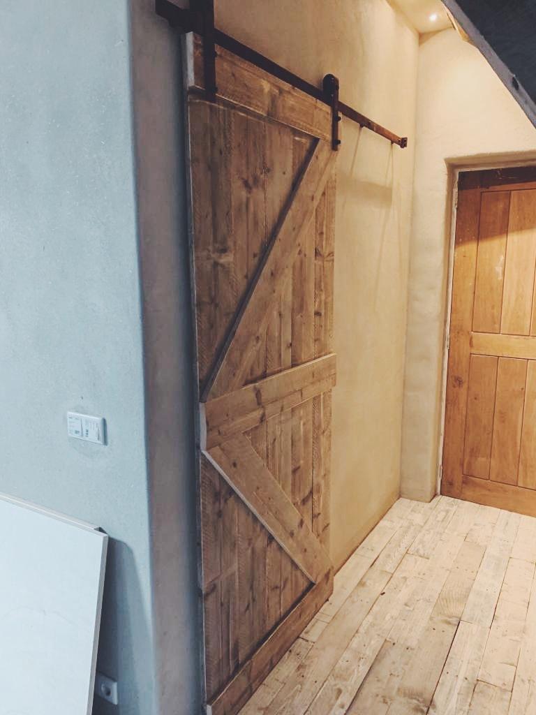 schuifdeur van steigerhout met industrieel systeem