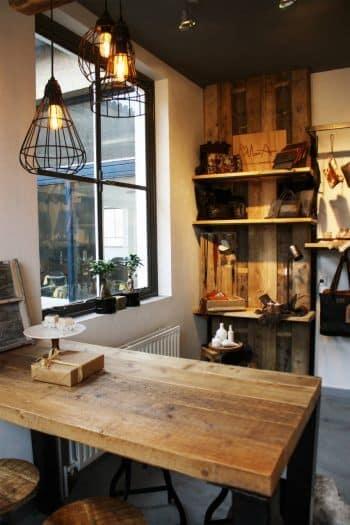 Interieur monamy, tafel van oude balken en wand van sloophout