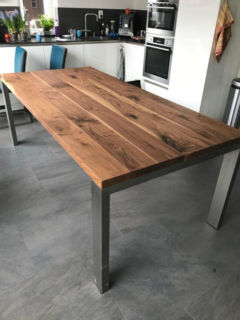 Amerikaans noten tafel met rvs onderstel