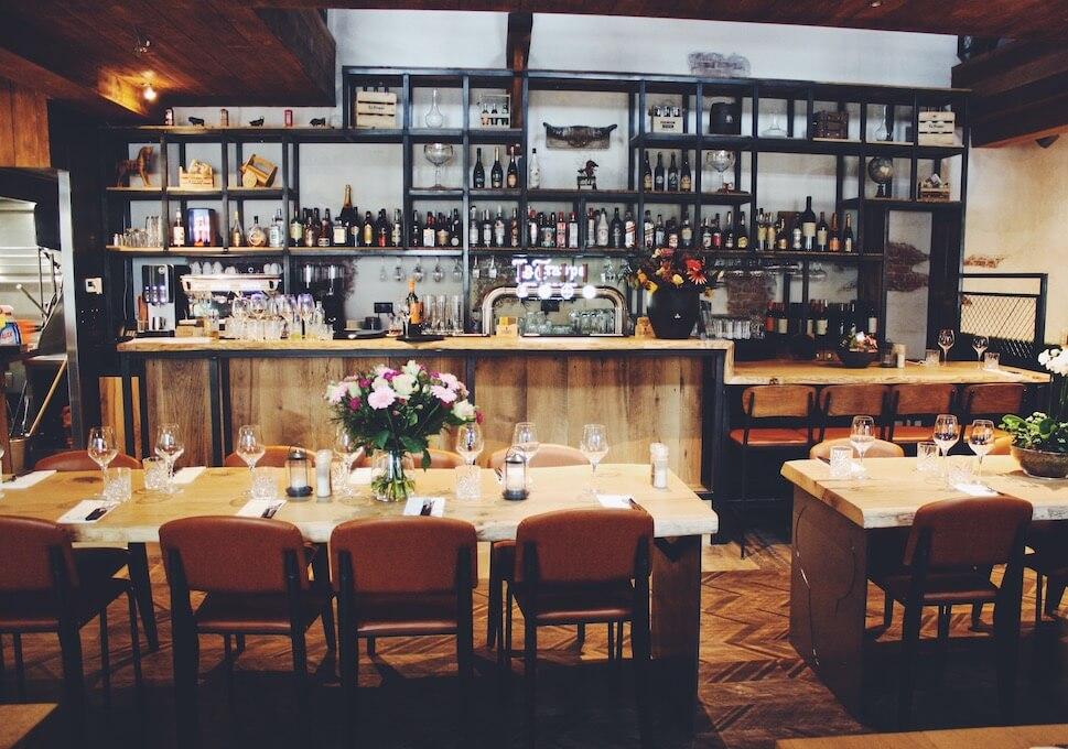 Duurzame boomstamtafels in restaurant