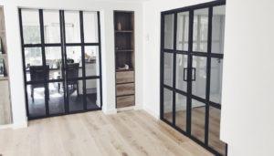 Twee-stalen-kozijnen-met-dubbele-deuren