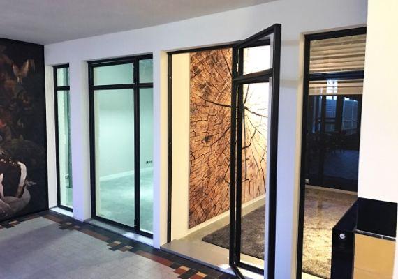 deur en kozijn met glas