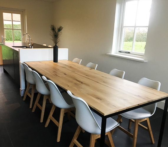 eikenhouten tafel met stalen design
