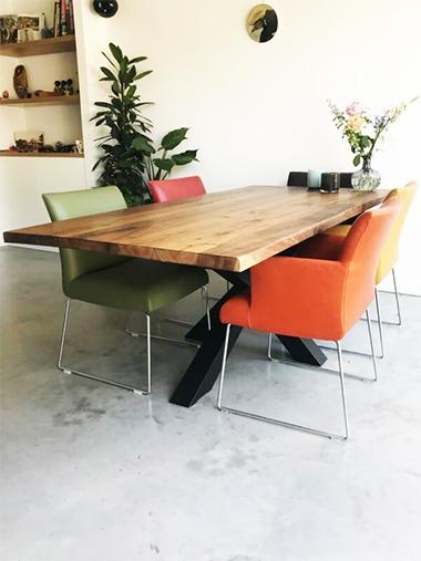 notenhouten tafel met sterframe